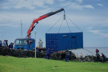 The container is lifted ashore.