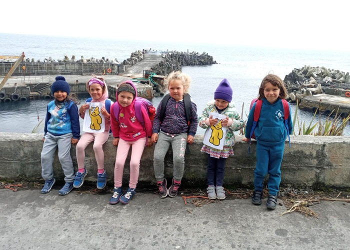 Quick photstop for playschool children at the harbour