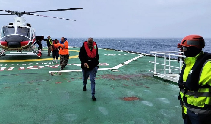 Geo Searcher survivors airlifted to the SA Agulhas II