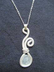 TT14 - Sterling silver necklace containing small beach stone or seaglass (7) 28cm length