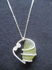 TT32 - Sterling silver necklace containing small beach stone or seaglass, 25cm length