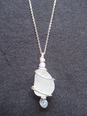 TT42 - Sterling silver necklace containing small beach stone or seaglass (4) 26cm length
