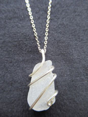 TT44 - Sterling silver necklace containing small beach stone or seaglass (6) 25.5 cm length